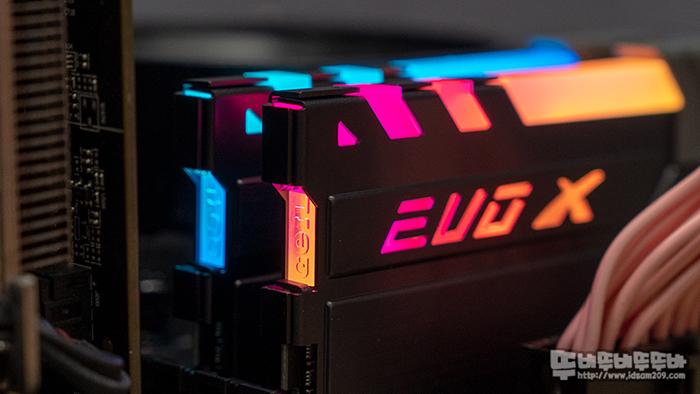 오버없이 3200MHz가 기본!! GeIL EVO X II AMD Gray RGB 메모리